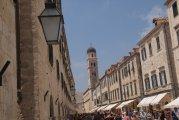 widok z głównej ulicy Stradun na bramę Ploce w Dubrowniku - view from the main street to the gate of Ploce Stradun in Dubrovnik