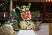 rzeżby z owoców przy basenie - sculptures from the fruit by the pool